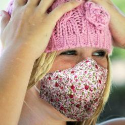 vaaleanpunainen kukka maski tytöllä